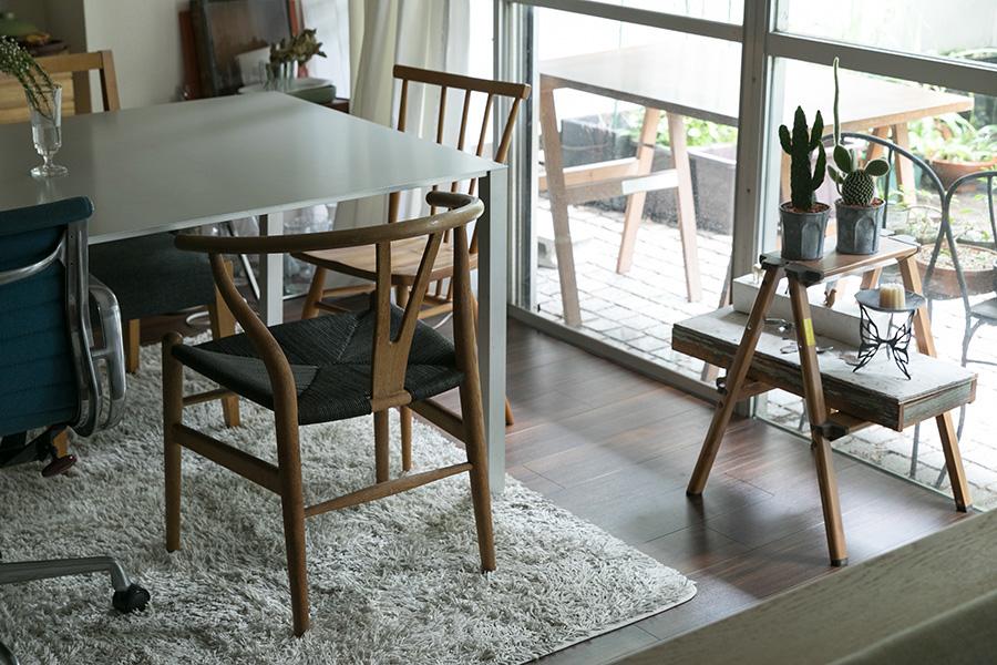 デイヴィッド・チッパーフィールドデザインのテーブルに、ウェグナーやアーコール、スイスの銀行の会議室にあったイームズの椅子などを組み合わせて。