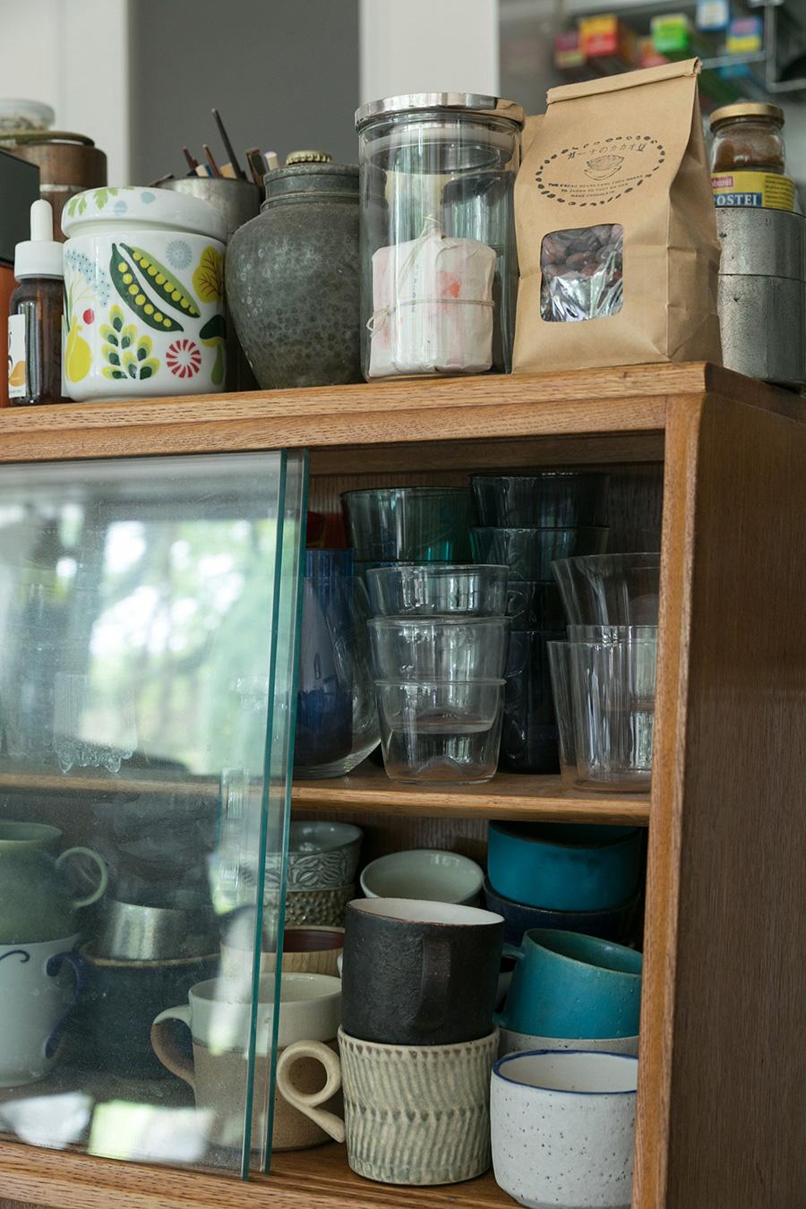 イギリスのヴィンテージの食器棚はキッチンとダイニングの仕切りに。