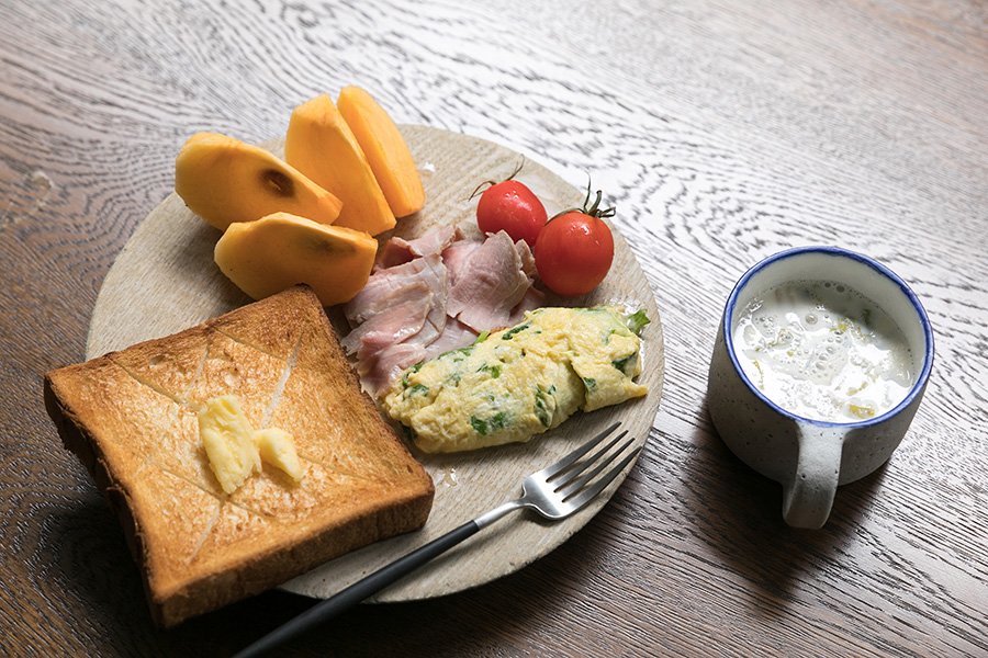 フルタさんのいつもの朝ご飯。ケール入りの卵焼きにローストポーク。フルーツとスープは欠かさない。