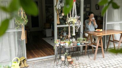 緑のテラスで朝ごはんを  建築と料理、器、家具。 お気に入りが融合する住まい。
