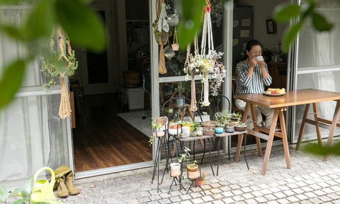 緑のテラスで朝ごはんを建築と料理、器、家具。お気に入りが融合する住まい。