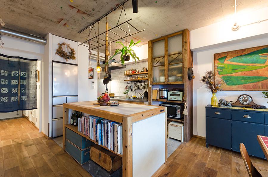 しっかりと存在感のある作業台。後ろの棚は古道具屋で買った扉を使って作成。パイプスペースを隠す目的もあるそう。