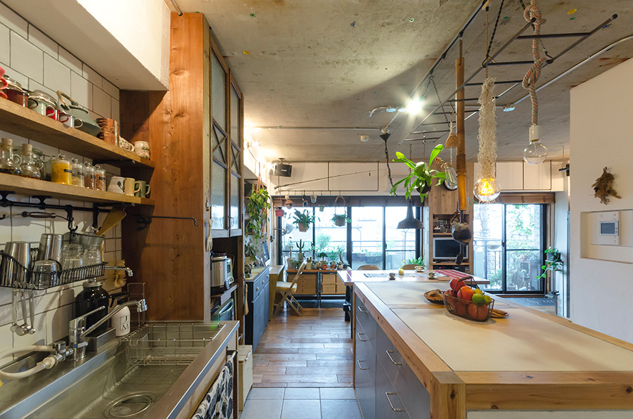 キッチン台はステンレスの天板をオーダーし、IKEAの引出しを使って造作したもの。スパイスや調味料などの使い勝手を考えて、棚も取り付けた。