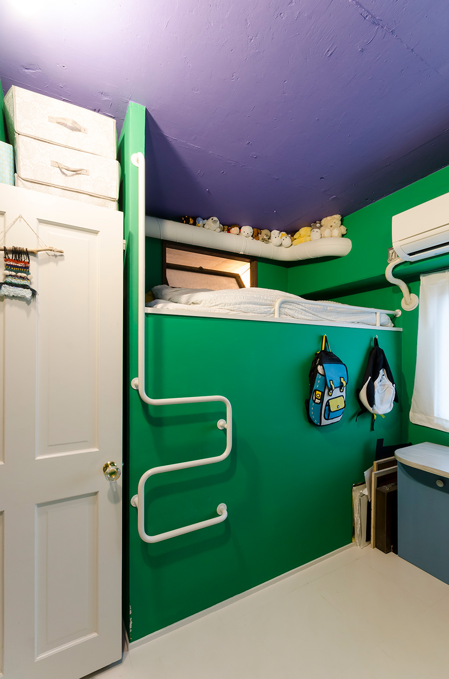 友人と一緒に壁を塗ったという長女の部屋。今はスペーシー=宇宙的にコーディネート。