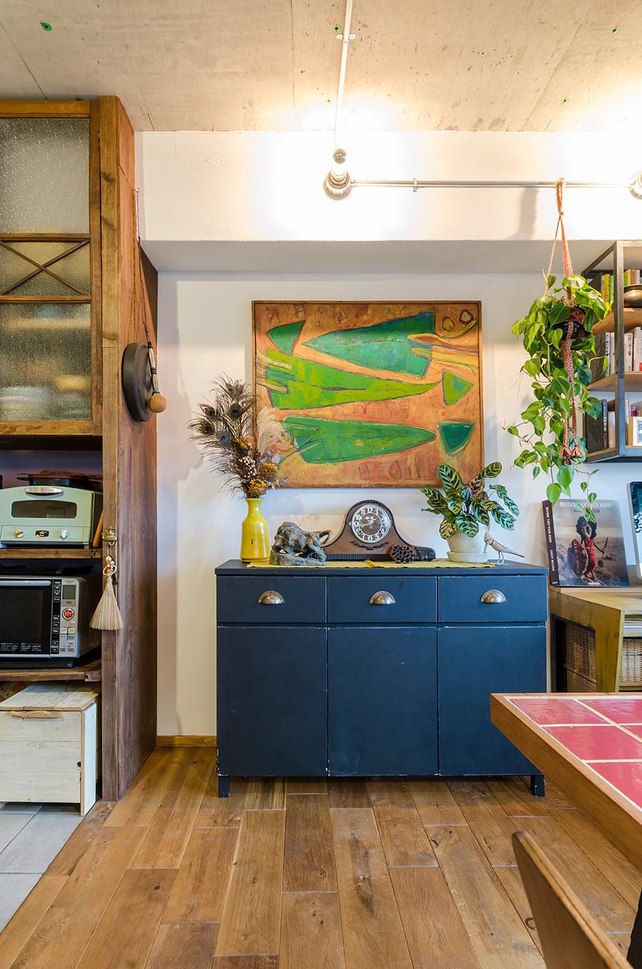 無印良品の棚を黒く塗り、取っ手を付け替えたキャビネット。その上は直樹さんのお母様の作品。