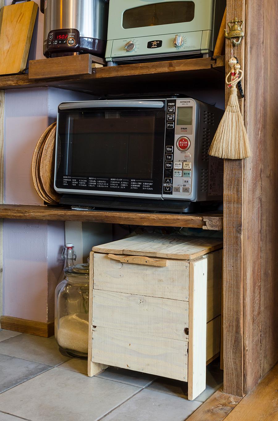 リンゴ箱で作ったキッチンの片隅のコンポスト。食材も無駄無くリサイクル。