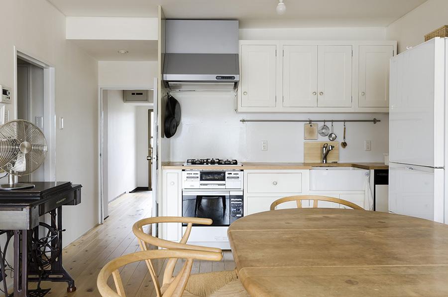 無垢材のシステムキッチン、ダイニングテーブルがシンプルな空間になじむ。サスティナブルな素材であることも、選んだ理由のひとつ。