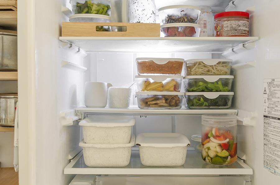 冷蔵庫の中は、いつもガラスや琺瑯の容器に作り置きおかずを常備。スタッキングできてすっきり。