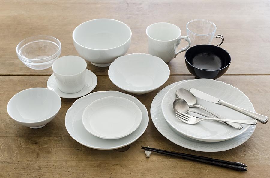 家族ひとり分の食器とカトラリー。ベッキオホワイトは丈夫で飽きのこないデザインがお気に入り。