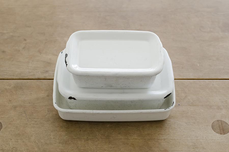 琺瑯の保存容器は、オーブンウェアにもプレートにも冷凍トレイにもなり、直火にもかけられる。たくさん持っていると便利なもののひとつ。