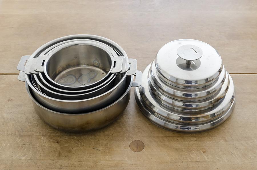 取っ手が外せる入れ子鍋は食洗機やオーブンにも入れられる。ご飯を炊いたり、ケーキやパンの型にしたりして使用。