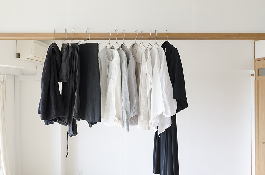 夏〜秋の服はこれだけ。季節限定ものはなるべく避けて、1年通して着まわせるものを揃えるのがコツ。