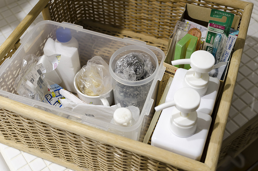 無印良品のラタンのカゴに洗剤類をストック。規格品なので後で買い足せるのも魅力。