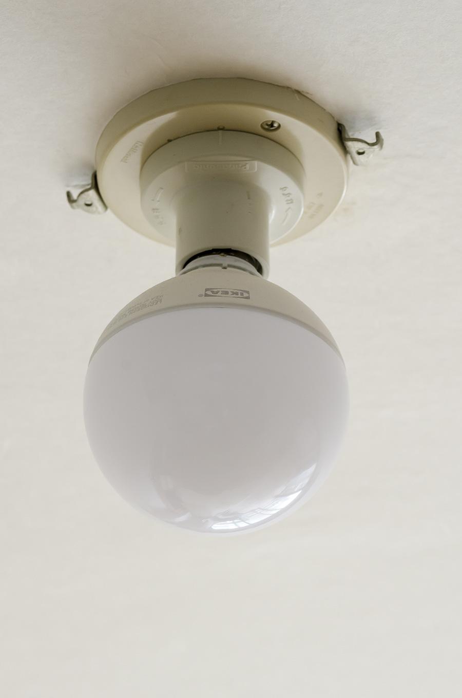 照明も気に入るものが見つかるまではシンプルイズベストで。IKEAの裸電球などを使っている。