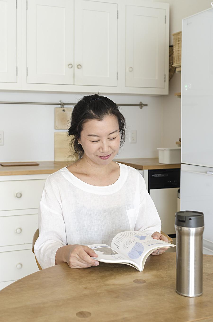 ミニマリスト・尾崎友吏子さん。ブログでミニマルな生活の心地よさを発信。『ミニマリストの持ちもの帖』(NHK出版)などの著書も。水筒はオフィスでも家でも活躍している。