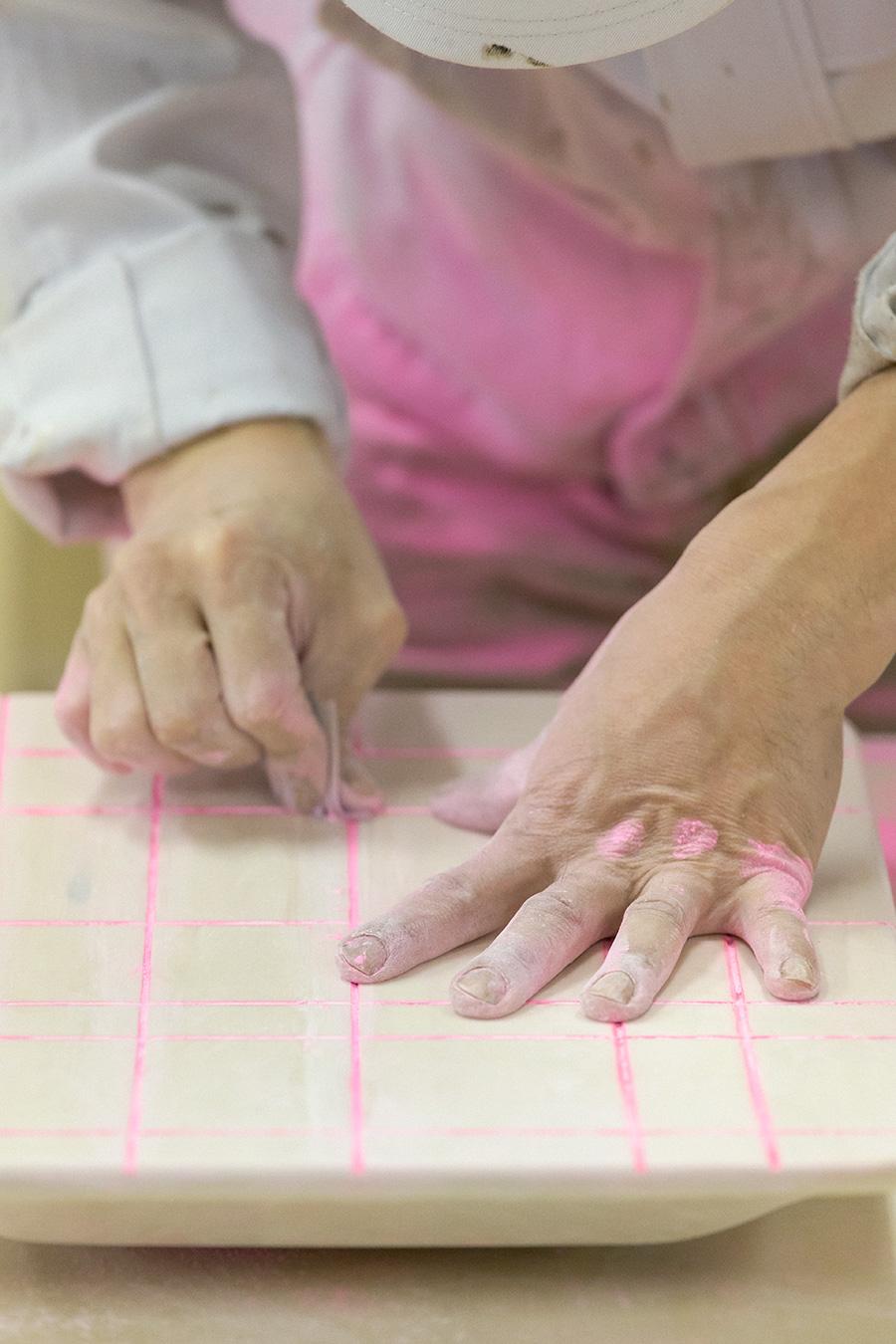 熟練職人の手作業による塗装作業。