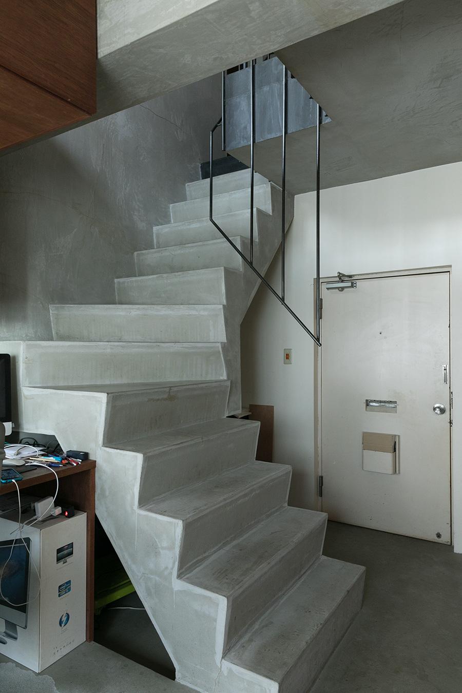 玄関から土間がワークスペースまで続く。階段を上がると、リビングやキッチン、寝室のあるフロア。