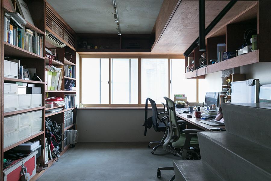 デザイン関係の仕事をしている二人。仕事柄必要な、大判サイズの資料は天井近くに専用の収納スペースを作った。