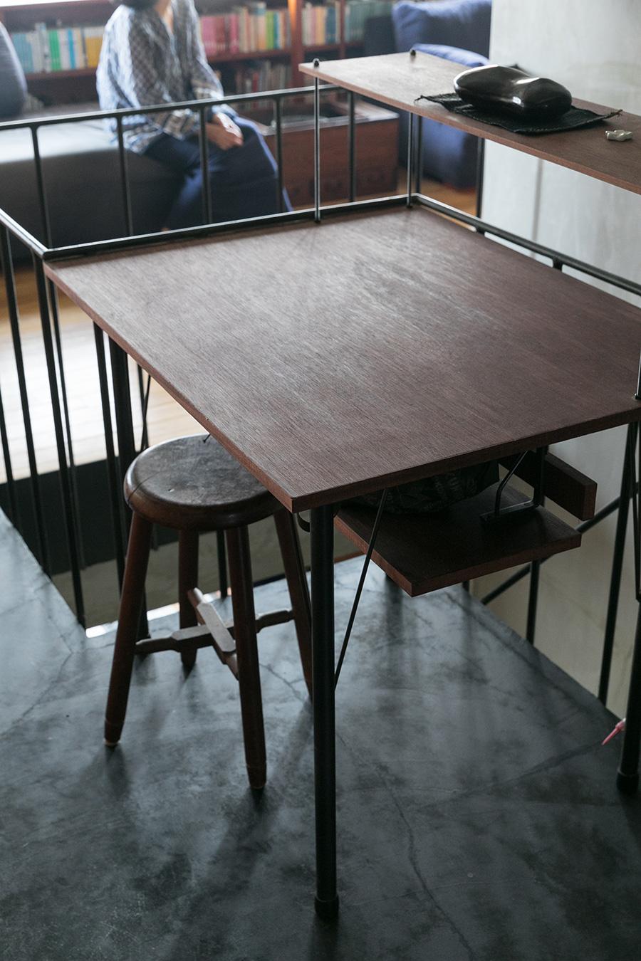 キッチンの前のスペースにピッタリサイズのテーブルをDIY。色も造作家具に併せて塗装。