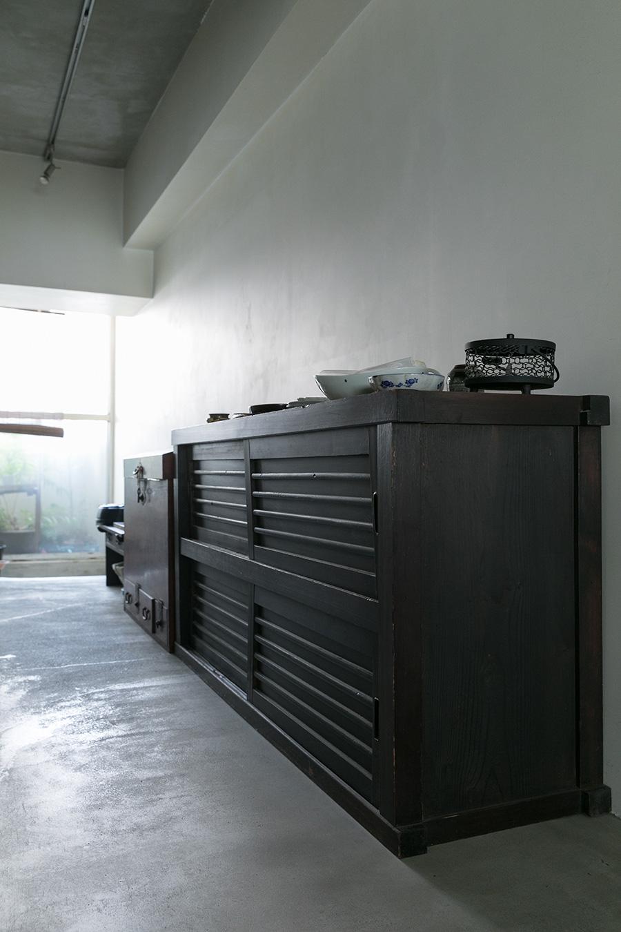 アンティークショップで手に入れた墨色の水屋箪笥。