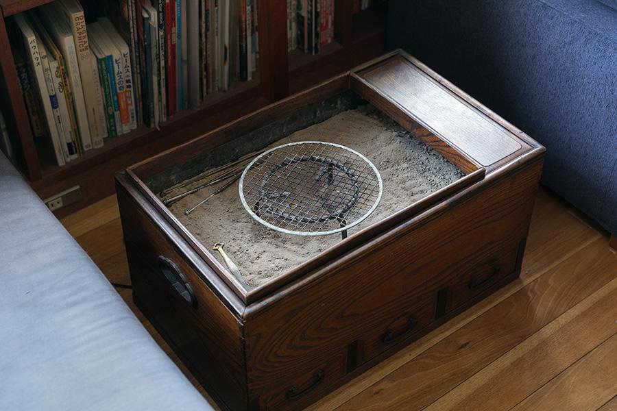 関東長火鉢は普段、蓋を閉めてコーヒーテーブル代わりに。冬はエイヒレなどを炙ったり、暖房器具として実際に使っているのだそう。