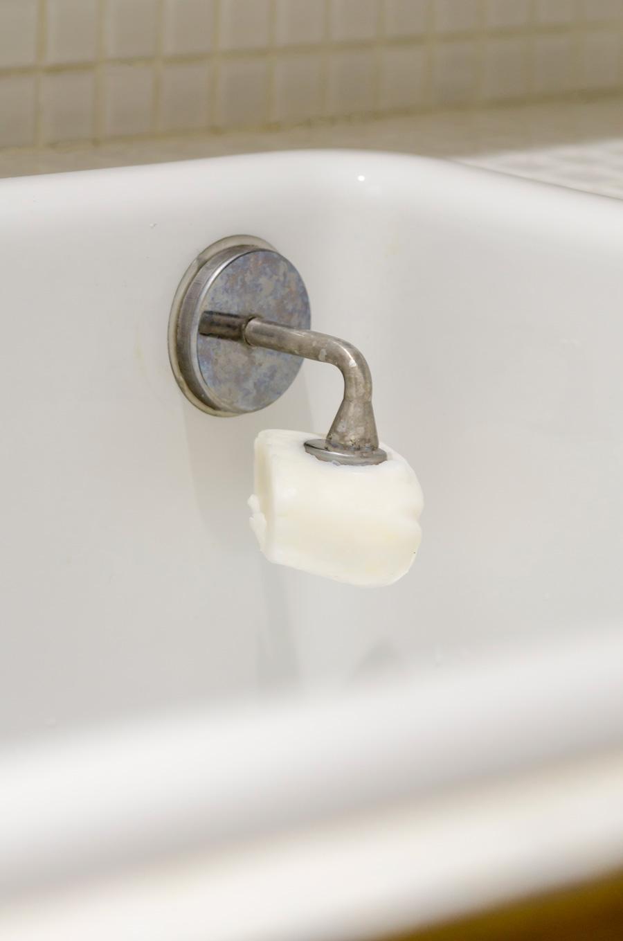 固形石鹸を愛用する尾崎さん。ダルトンのソープホルダーはマグネットでシンクにつけられて便利。