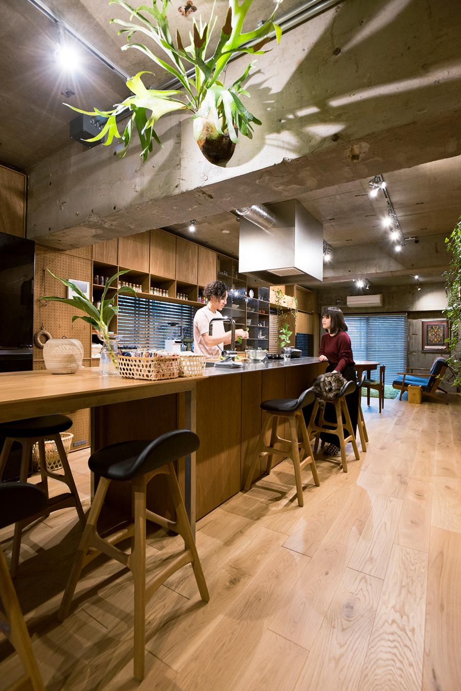 カウンターテーブルとキッチンカウンターが中心に構える。「てとてと」は、豪希さんが料理を担当、ライフスタイルデザイナーの桃子さんが企画を推進する。