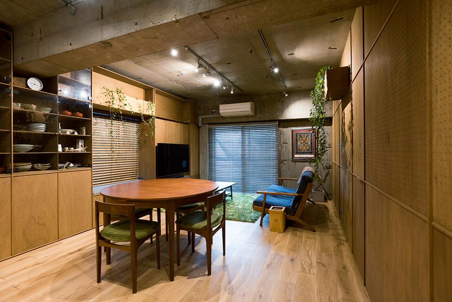 床は硬くて傷つきにくいオークを採用。ダイニングセットは北欧ヴィンテージ、ネイサン社のネストテーブル。