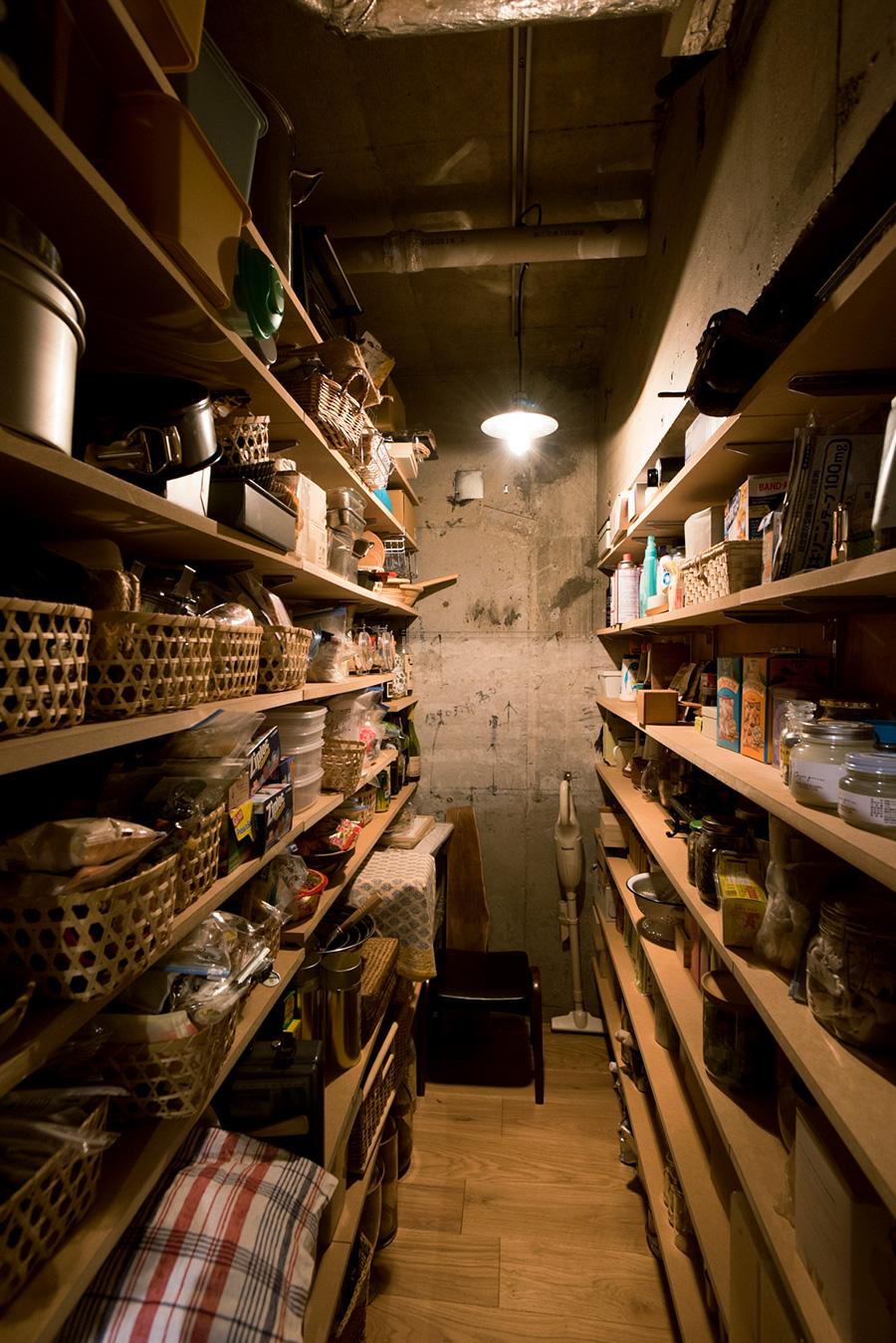 食材や家事に必要なものを一括に収めたパントリー。両側に設けた棚に、バスケットなどを活用してすっきりと収納している。