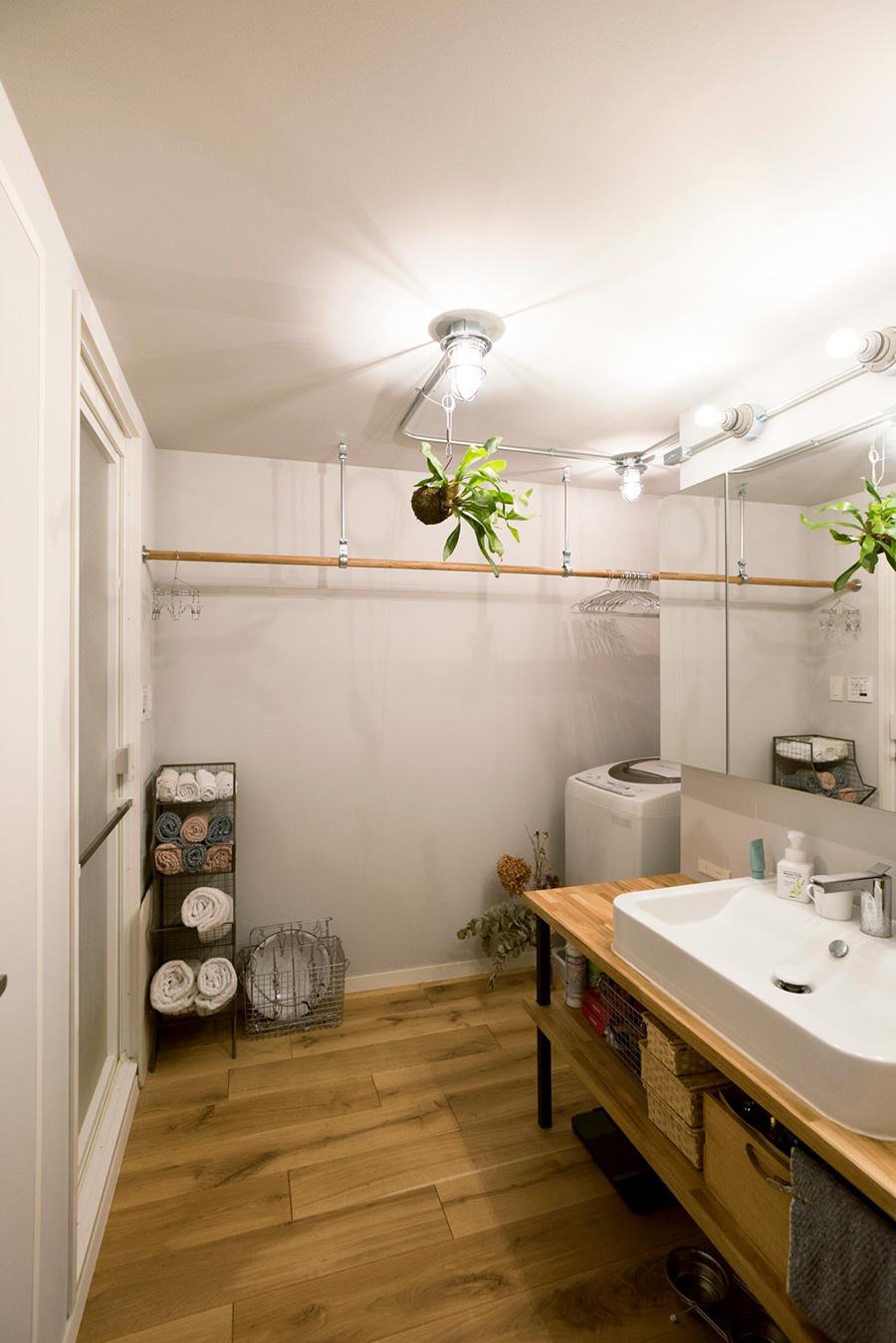 本物のマリンランプが印象的な洗面。洗濯物が干せるよう、バーをかけてもらった。琺瑯の洗面器、アンティーク調の金属のラックは桃子さんの好み。