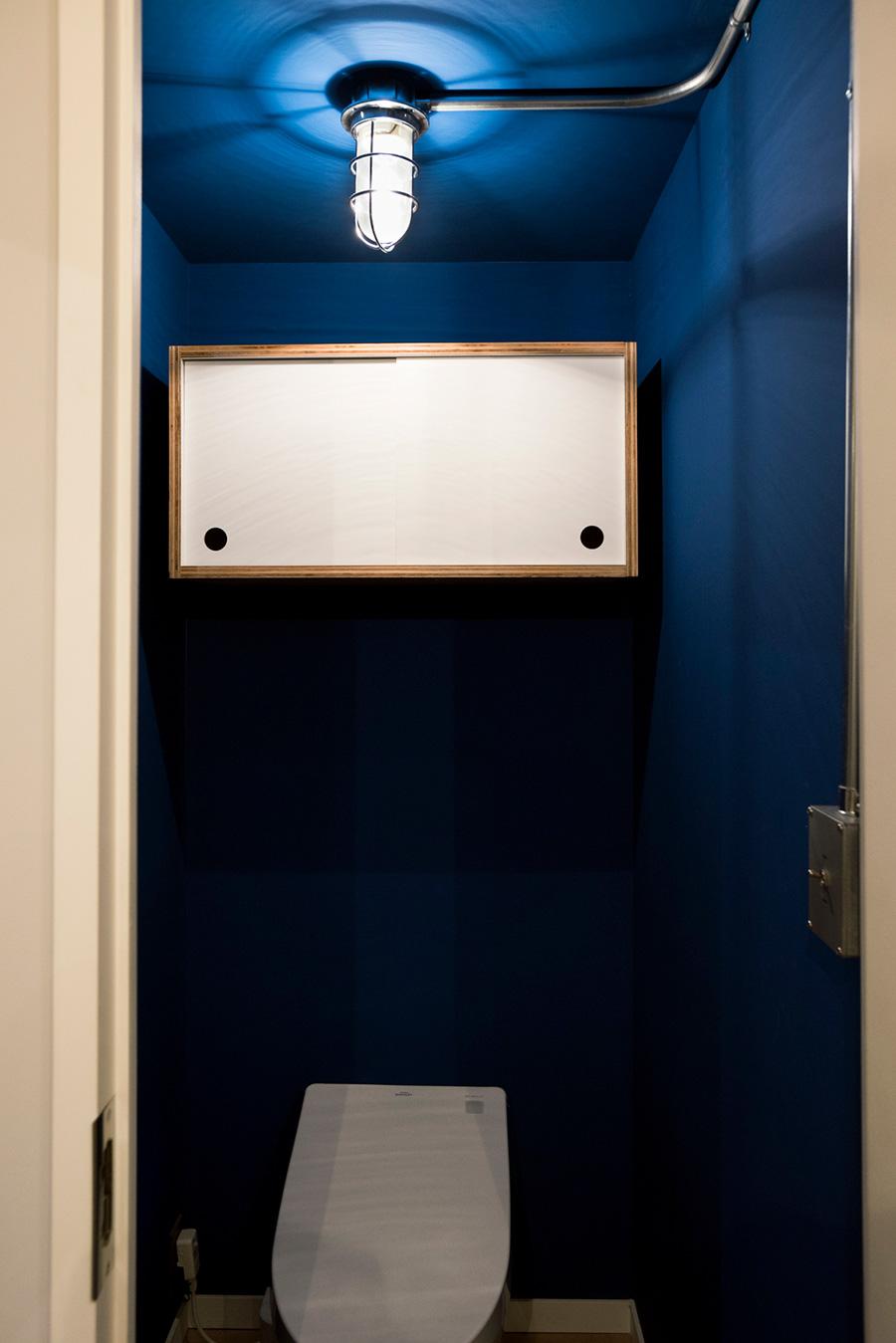 トイレにもマリンランプを。便器のクオリティにこだわるため、売り払った愛車の代わりに、そのボディカラーであるタヒチブルーを塗装。