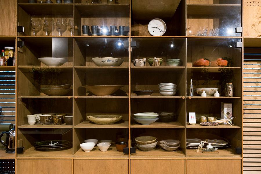 ラワンの収納棚には、1点ずつ愛着のある器を陳列。家具職人が手作りした棚は、LDKで特別な存在感を放つ。