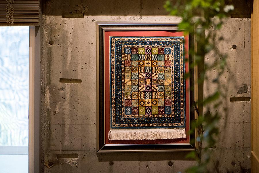 バックパッカーとして世界各地を旅した豪希さん。トルコで買ったカーペットを額装。