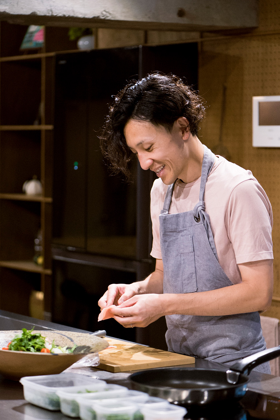 和を取り入れた創作料理が得意な豪希さん。この日も薬味たっぷりのカレーをふるまってくれた。