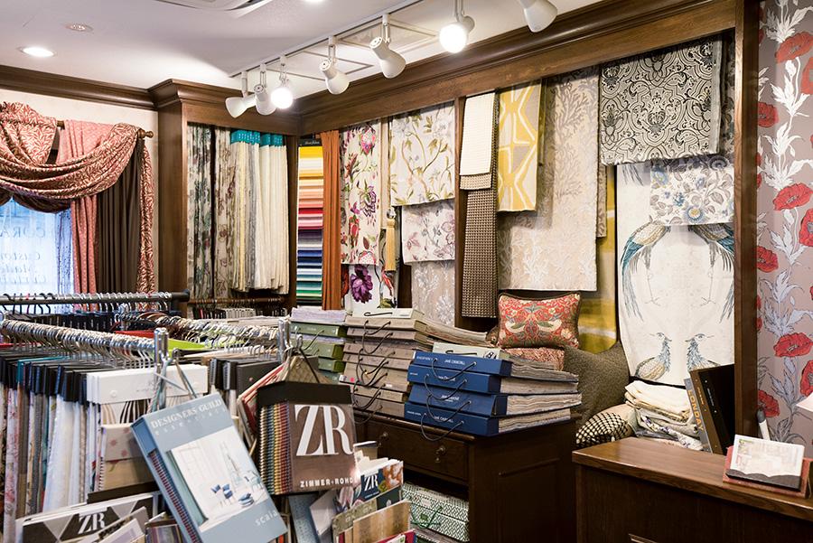 イギリス始めヨーロッパ各国から揃えた生地、カーテンがひしめく店内。色、柄、デザイン性で選ぶと自然に輸入ものに辿り着いたという。