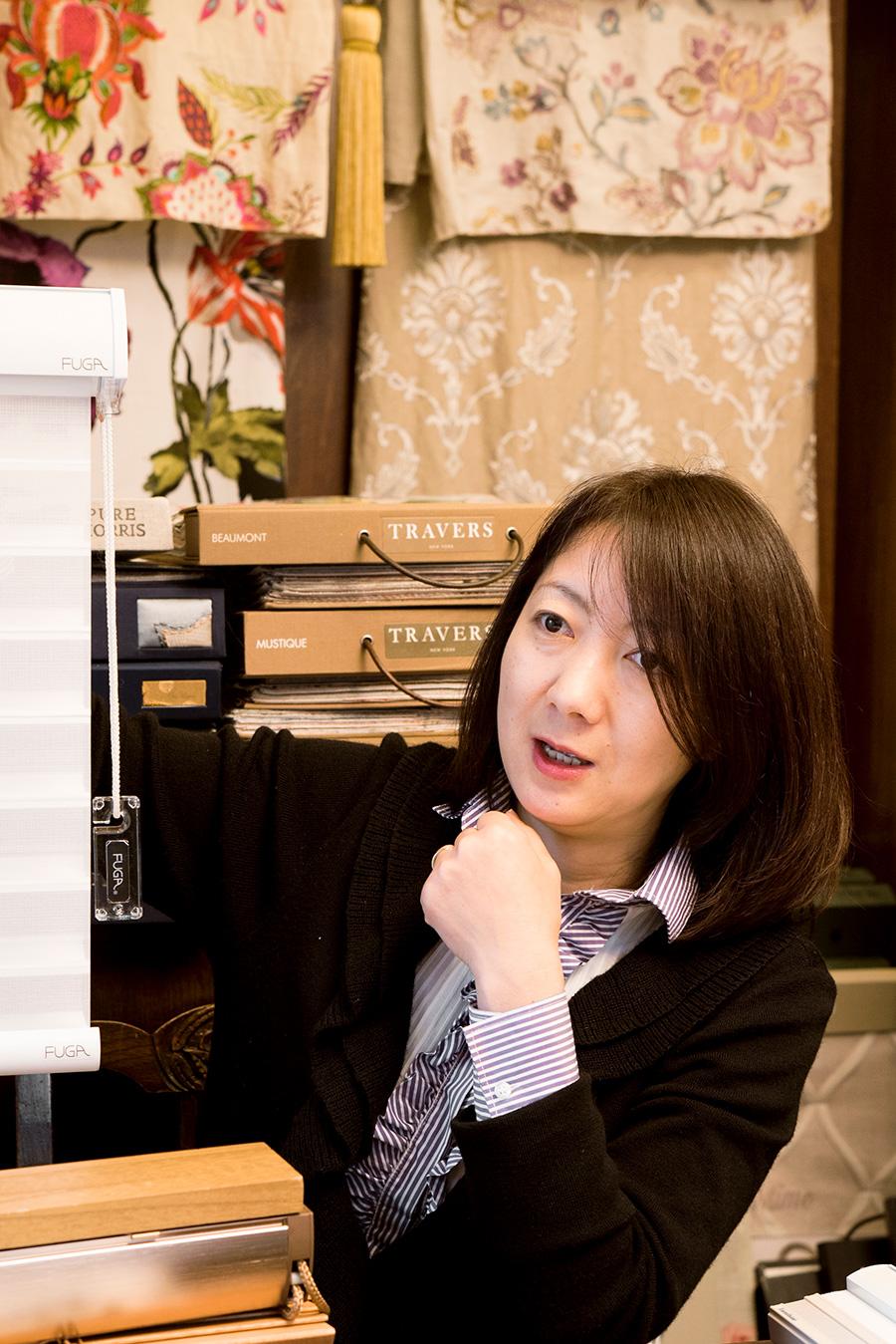 インテリアデザイナー丸山千里さん。空間に合ったカーテンの選び方をアドバイスしてくれる。