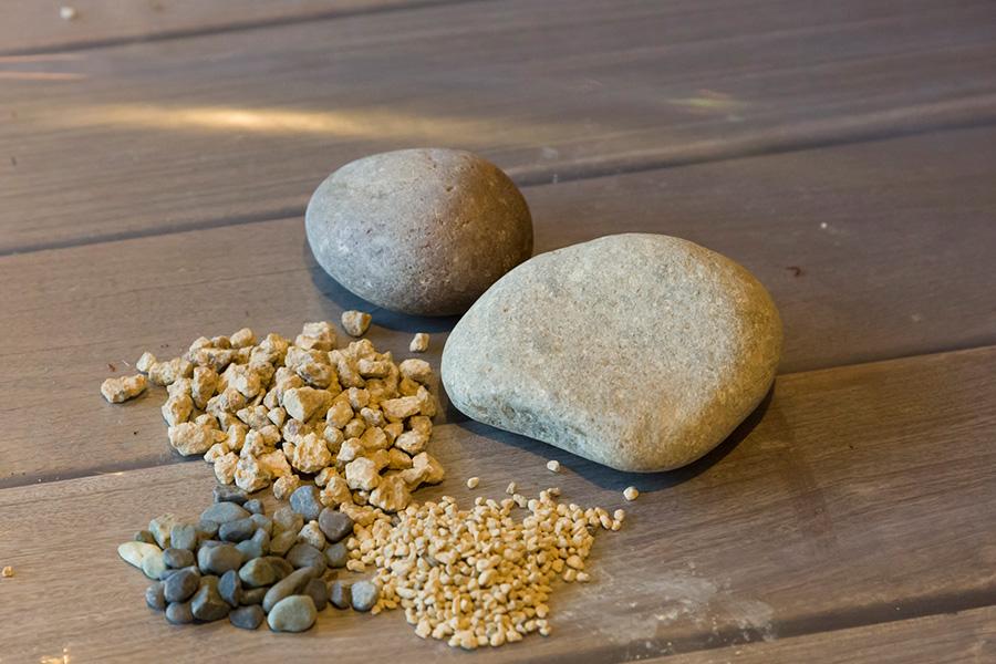 ナチュラルな景観を作るための石や、用土をカバーするための小石や礫なども準備する。