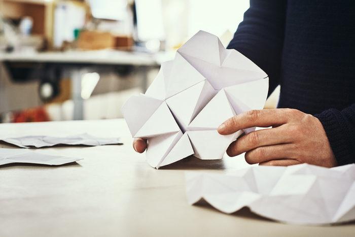 折り紙のテクニックを使って、モジュールの形状が考察された。パーツの六角形は、雪の結晶やハチの巣など自然界によく見られる形状からインスピレーションを得たという。