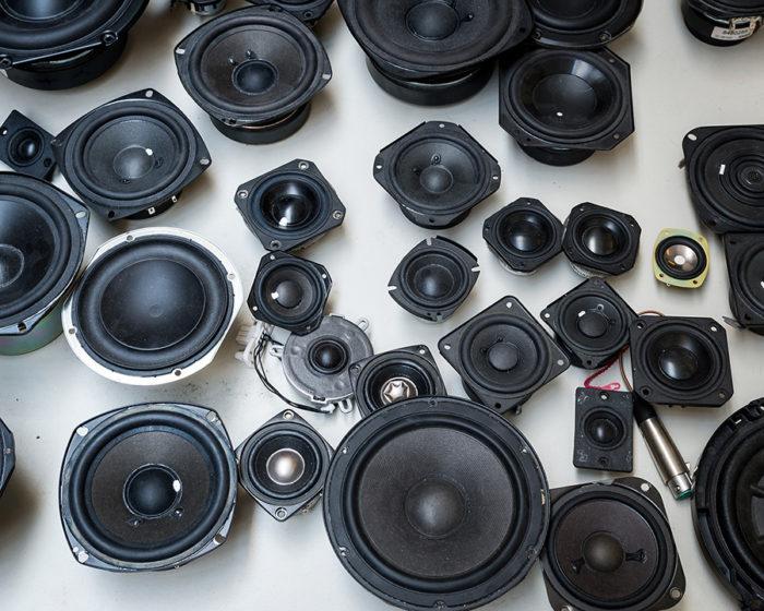 さまざまなデザインを可能にするスピーカーパーツ。製品は、デザイナーをはじめ、音響技師、機械技師、エンジニアなど多くの専門家の協働で製作される。