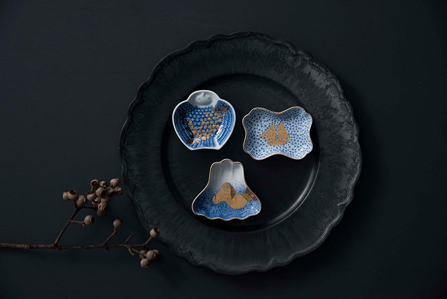 左から時計回りに  MAME 脹雀形皿 W85 D80 H20mm ¥1,300 MAME 小紋糸巻形皿 W95 D70 H20mm ¥1,300 MAME 吹墨富士形皿 W95 D85 H22mm ¥1,300