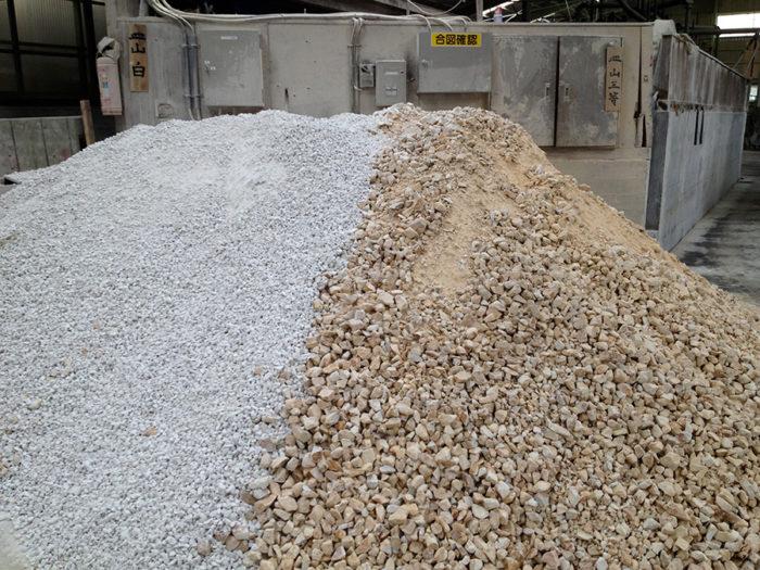 有田焼の原材料、天草陶石。手作業で白く美しい陶石と工業用の岩石に選別。