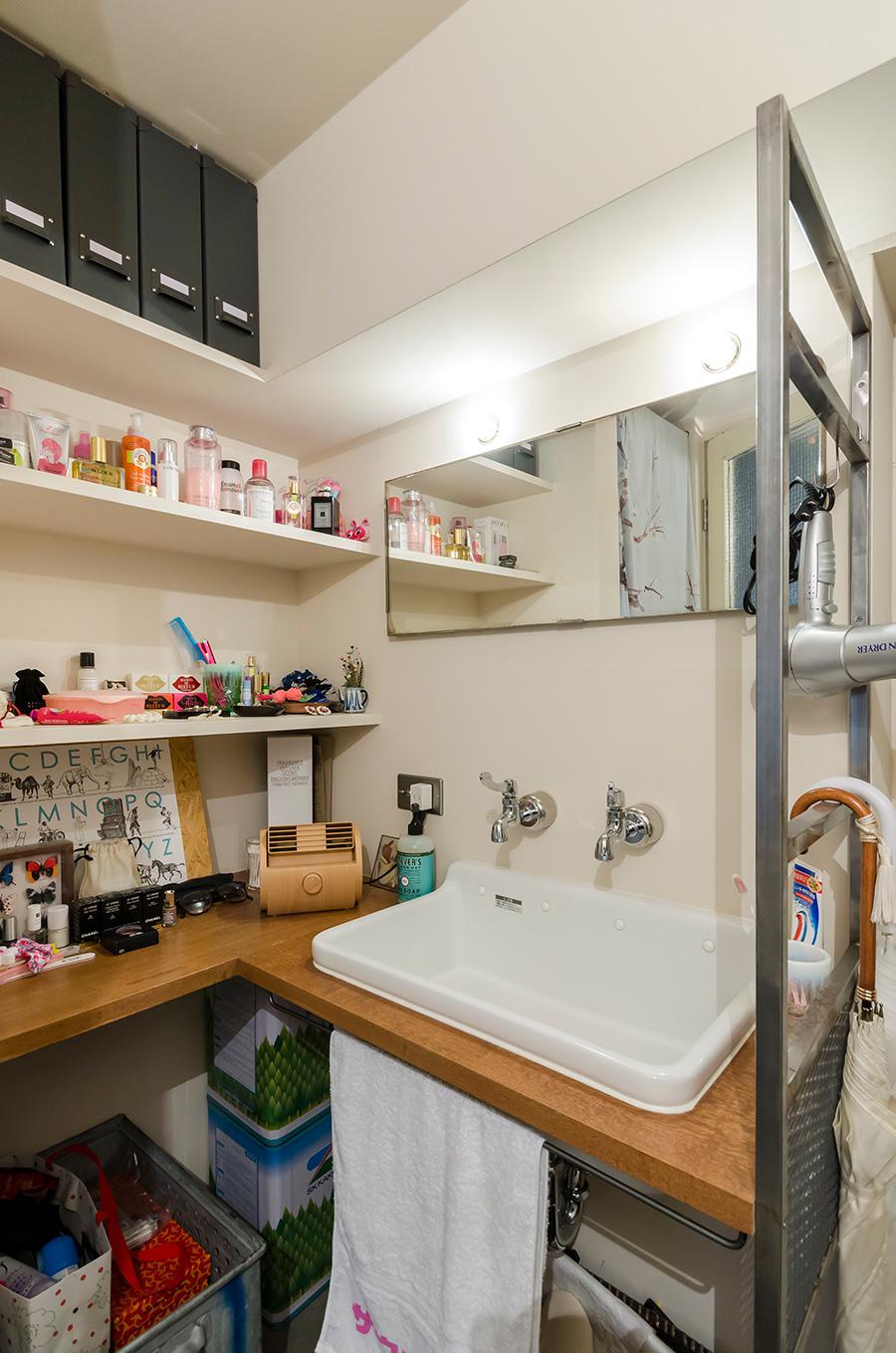 朝の支度は玄関横に設けた洗面カウンターで。