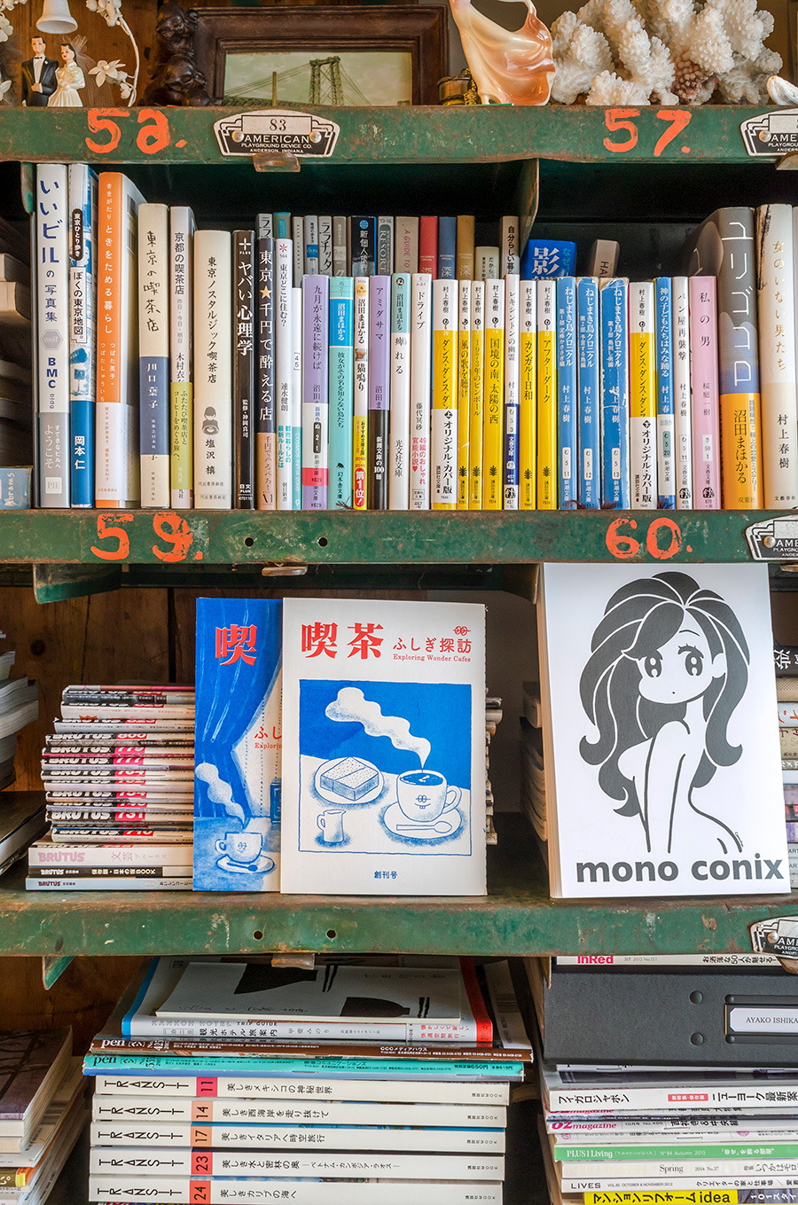 偏愛する純喫茶の本やお気に入りの小説が並ぶ棚。