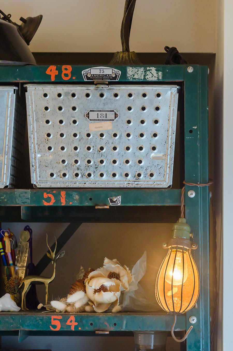 棚はアメリカの野球チームのロッカーだったもの。