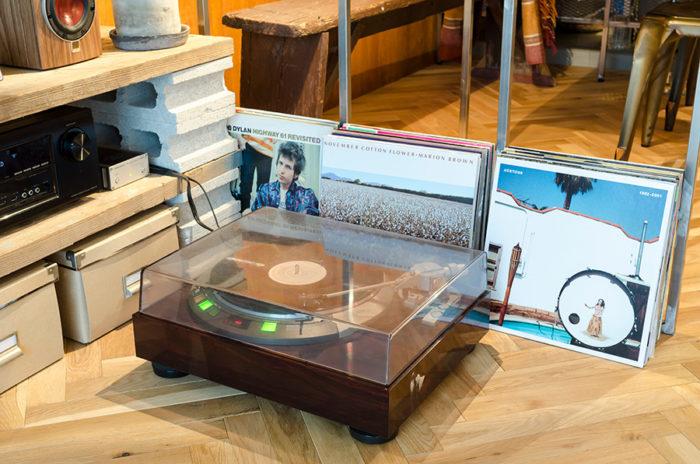 祖父の形見として譲り受けたレコードプレーヤー「DENON」1982年製。