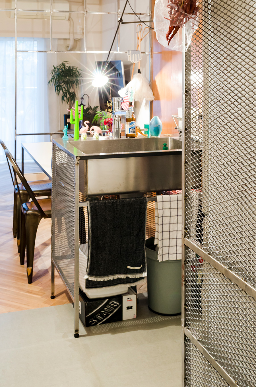 キッチン床はモルタル風のフレキボードで費用を抑えつつ風合いをプラス。