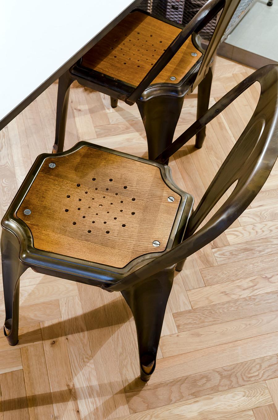 アイアンフレームの椅子はインテリアショップ「COMPLEX」で購入した。
