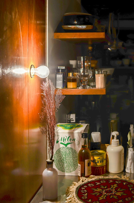 壁には調光付きのブラケットライトを装着。夜はこの灯りのみで過ごすことも。