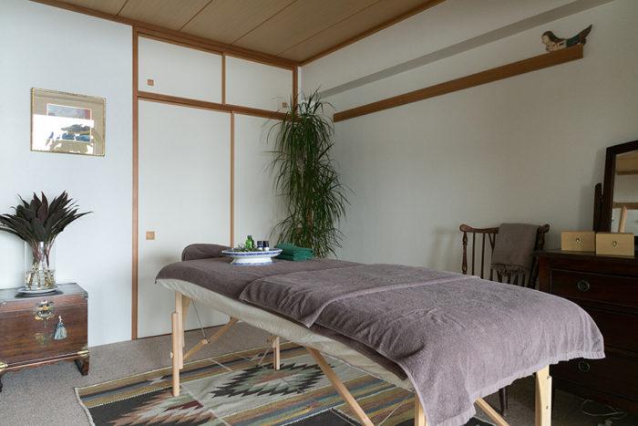 和室にキリムのカーペットを敷いて施術室に。隠れ家のような落ち着いた雰囲気が好評。