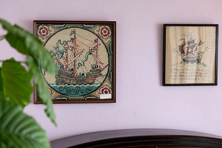 船の刺繍をダイニングの壁に。「なぜか船のモチーフが好きなんです」。